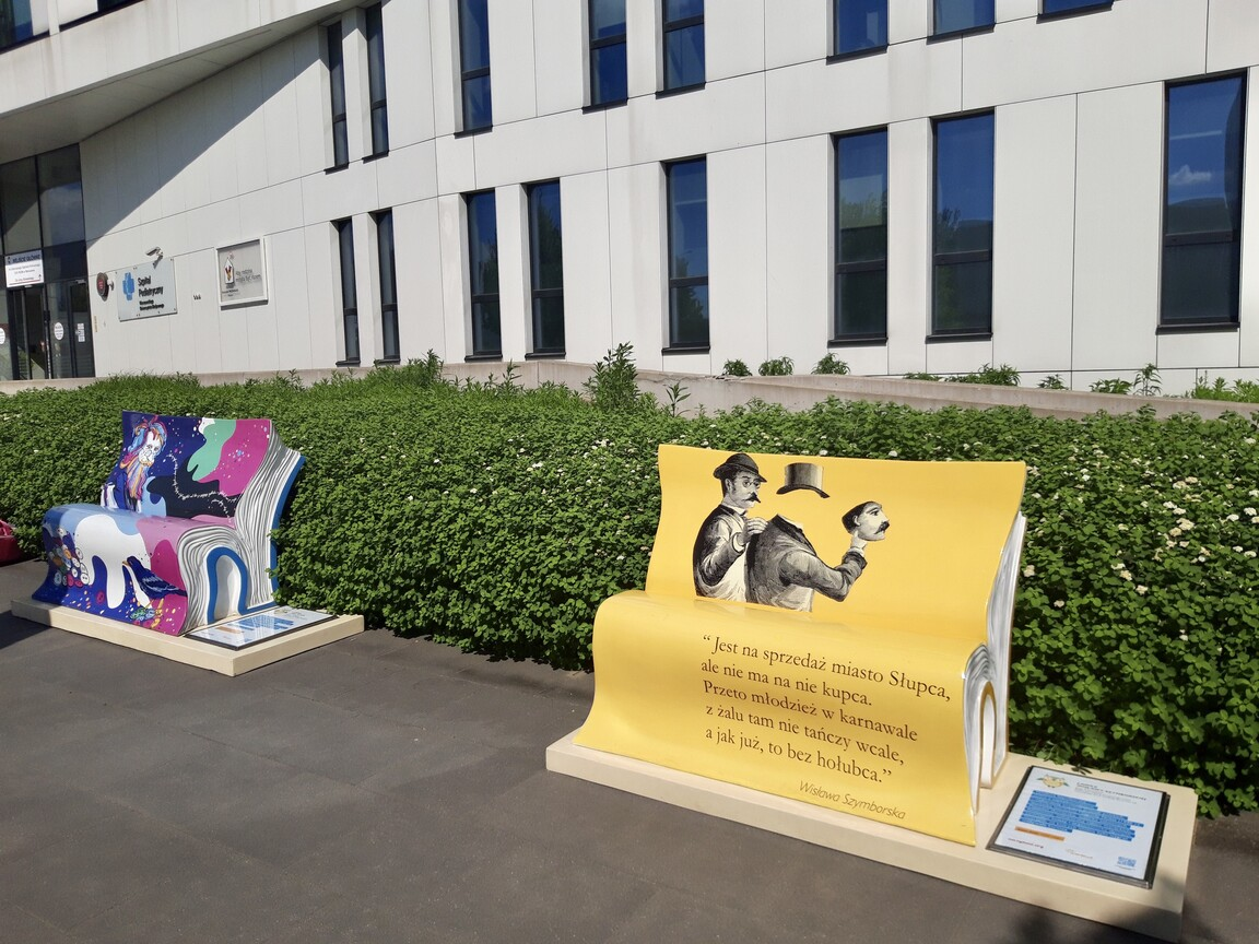 Zaczytana Wystawa przed szpitalem w Warszawie